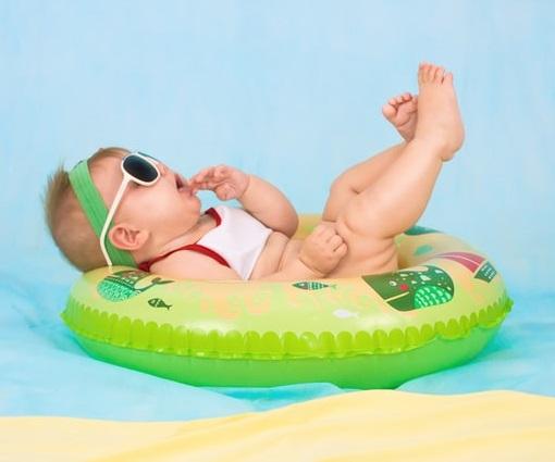 Bébé dans une bouée gonflable
