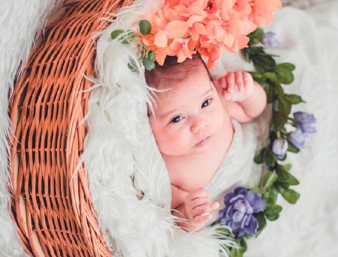 Bébé dans une corbeille avec une doudoune blanche