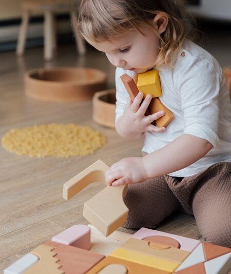 Bébé joue avec boite à forme