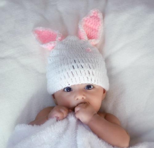 Bébé avec un bonnet qui protège ses oreilles