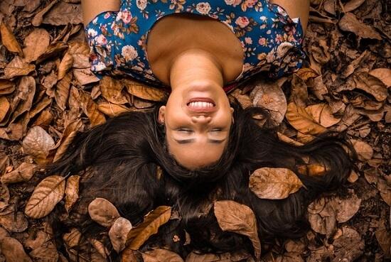 Cheveux bruns dans les feuilles