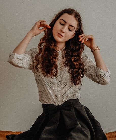 Femme mince avec jupe cuir