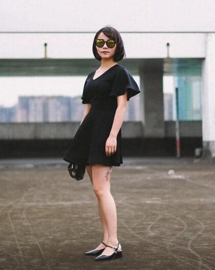 Femme petite en robe noire