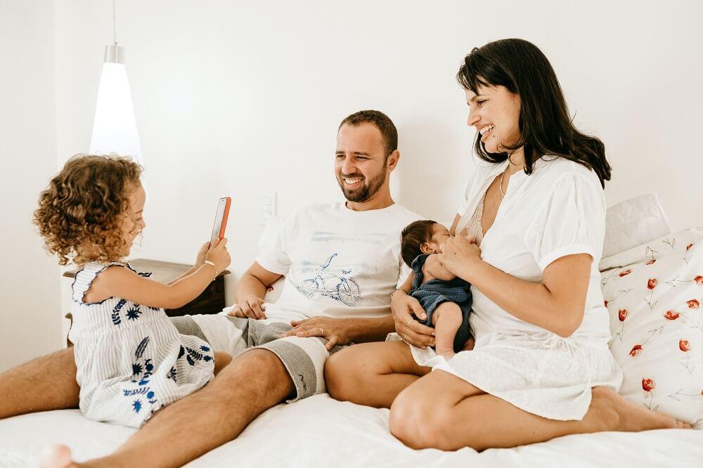 Famille à la maison : répartition des tâches ménagères