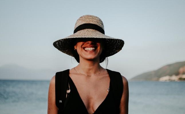 Femme en robe noire avec un chapeau