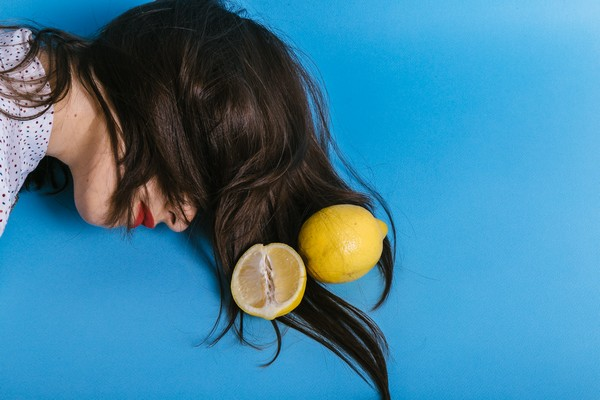 Citron posé sur des cheveux