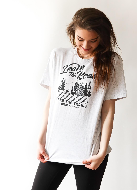 Fille avec un tee-shirt blanc