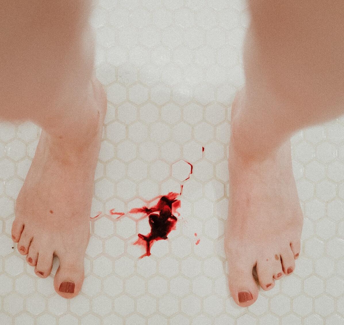 Sang des règles par terre
