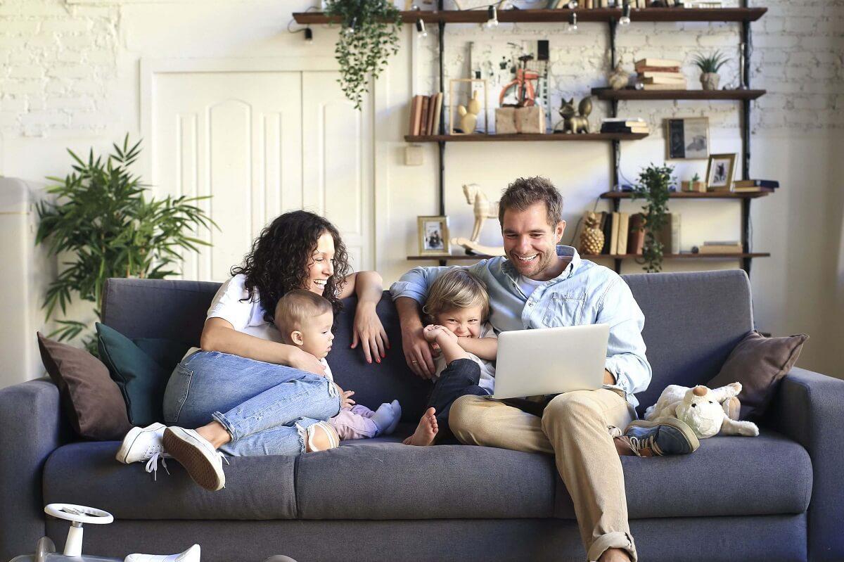 Famille sur un canapé
