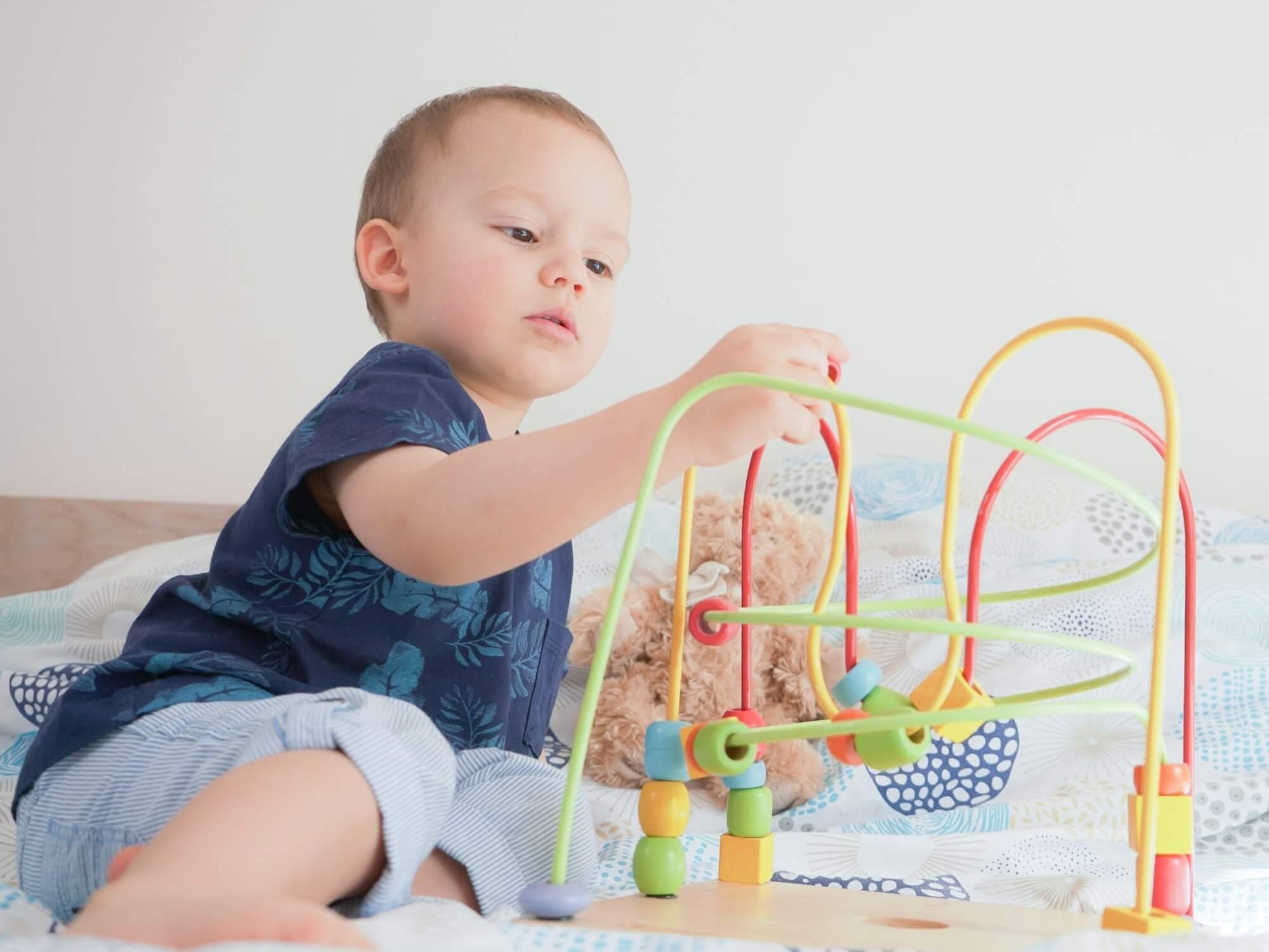 Enfant qui joue avec du matériel Montessori