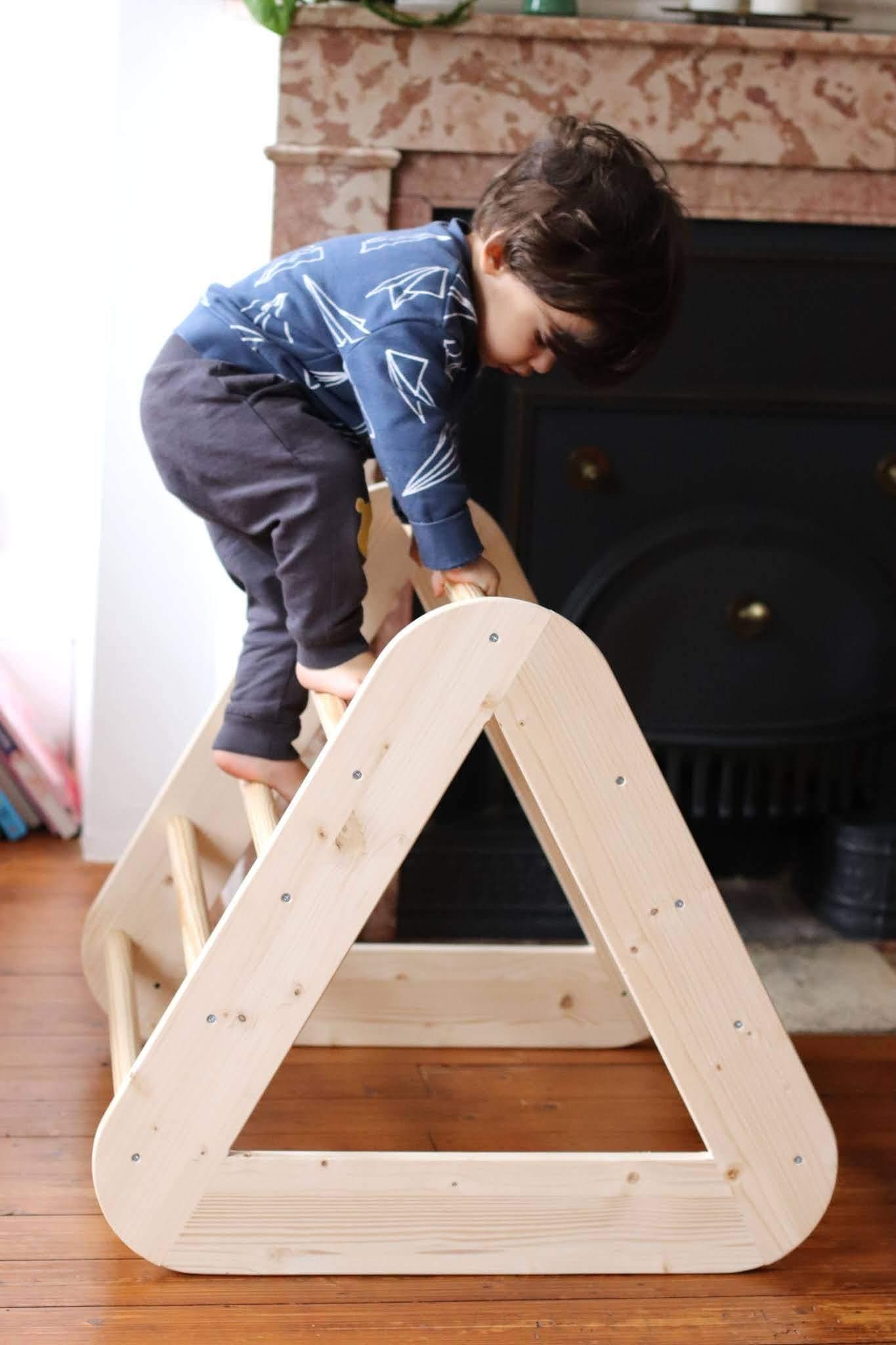 enfant sur une échelle montessori