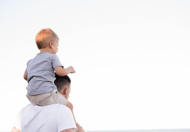 Papa complice avec son fils