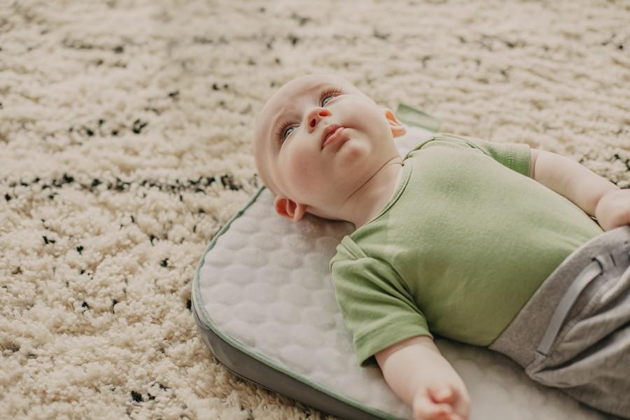 bébé sur un matelas à langer