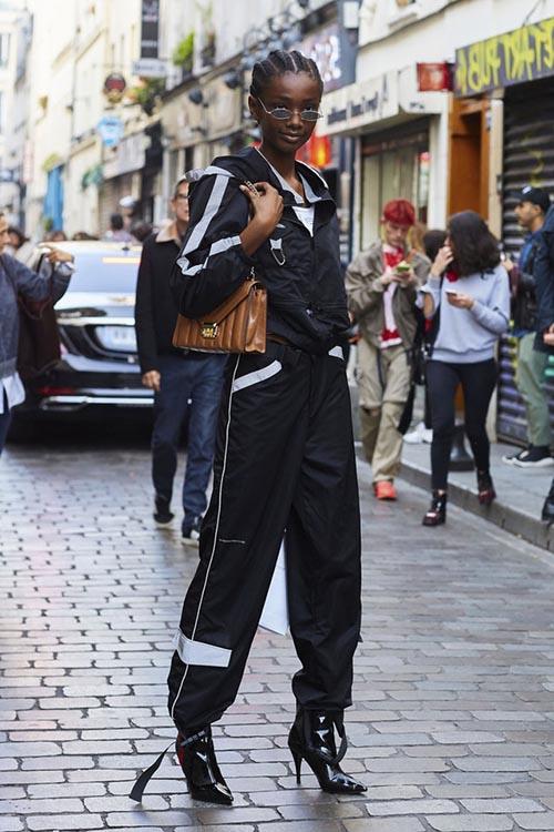 femme avec un pantalon cargo