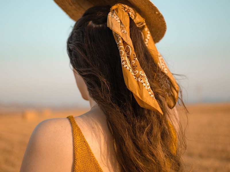 foulard dans cheveux attachés