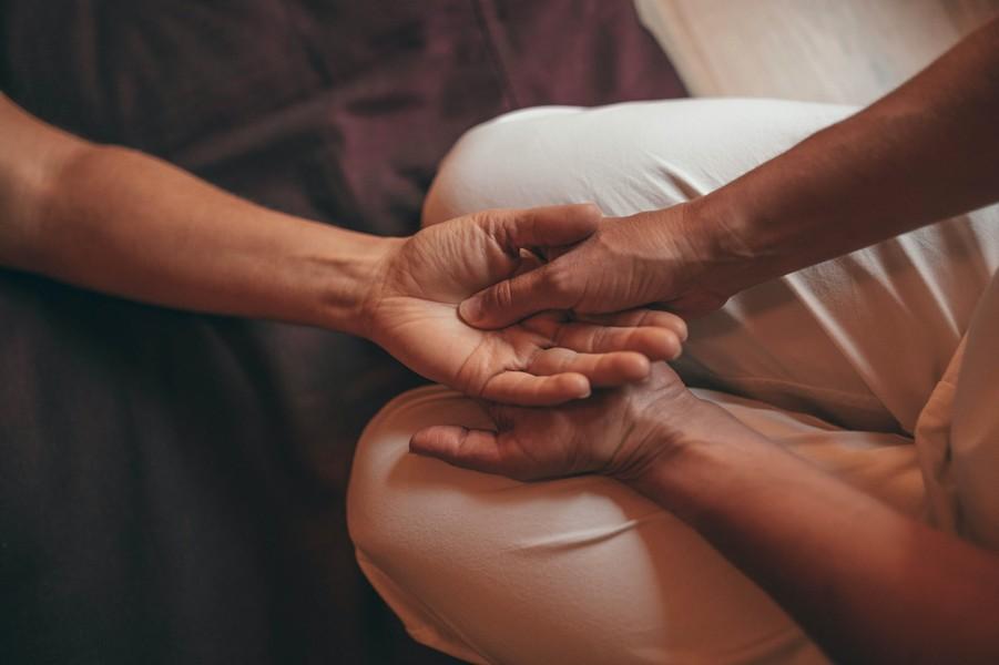 Massage aux mains acupression
