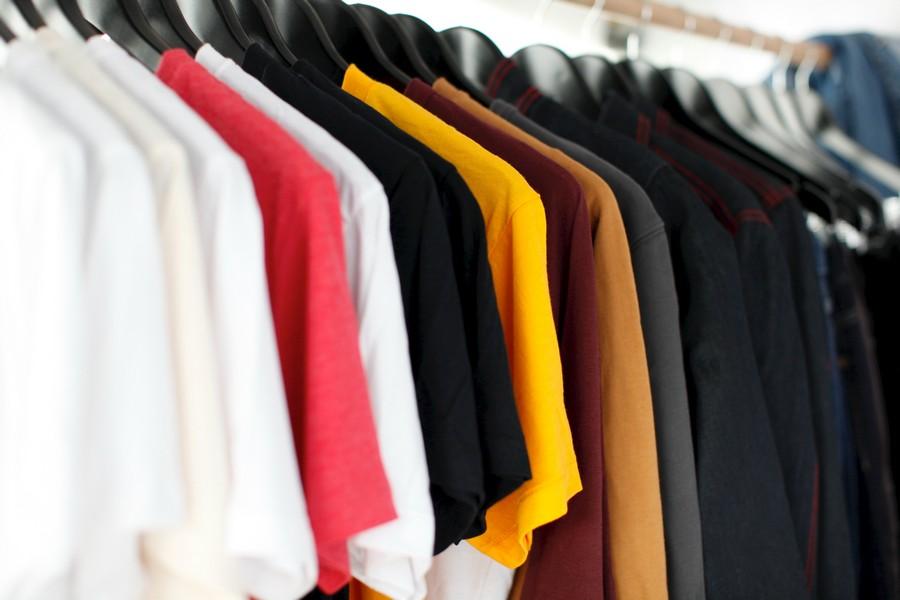 tee-shirts sur un portant