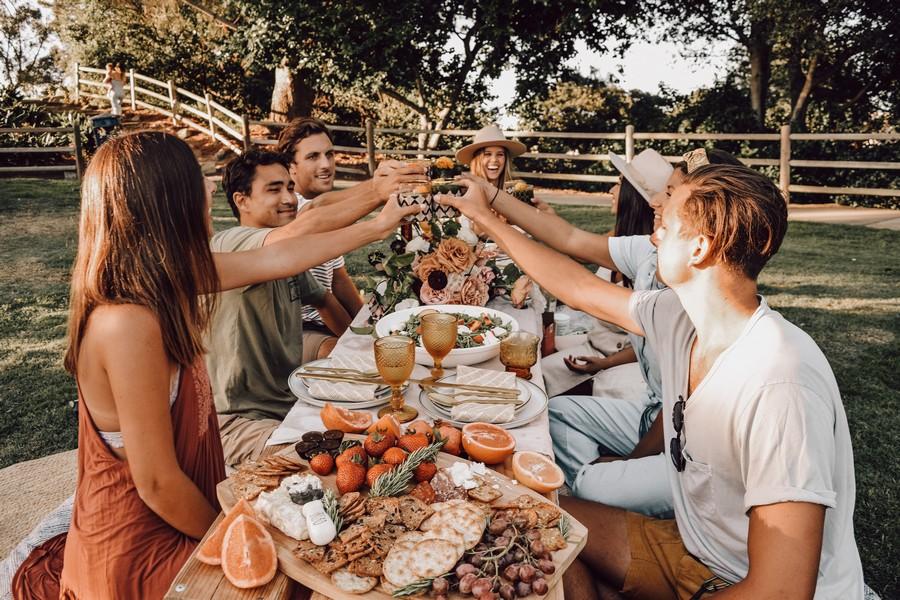 amis autour d'une table avec un buffet froid