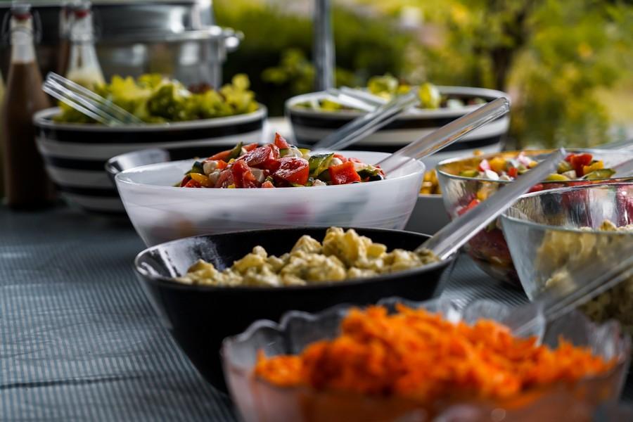 buffet froid composé de salades