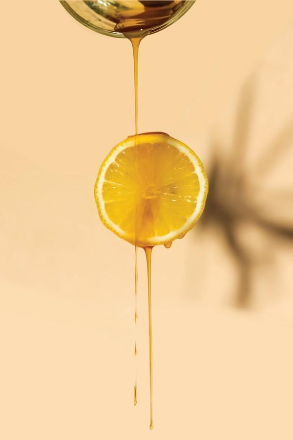 miel qui coule sur un tranche de citron