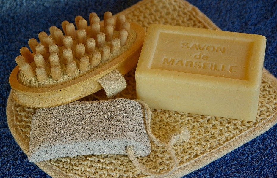 pierre ponce, savon de marseille et brosse