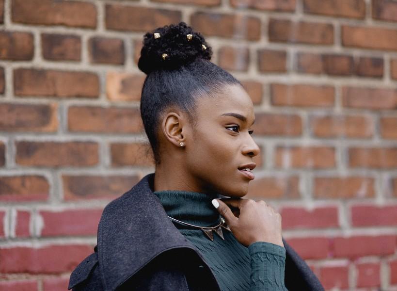 femme aux cheveux crépus avec un chignon haut