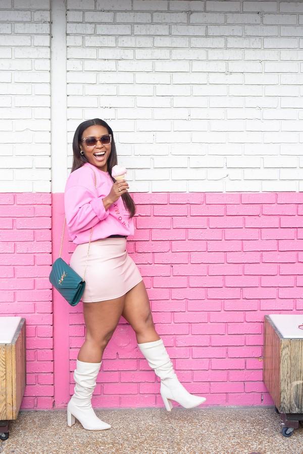 femme ronde en jupe rose qui mange une glace