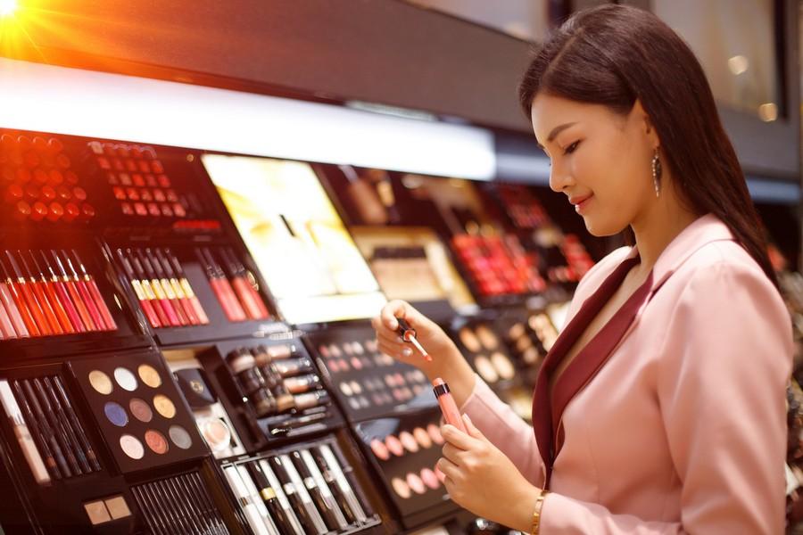 Femme dans une boutique de maquillage