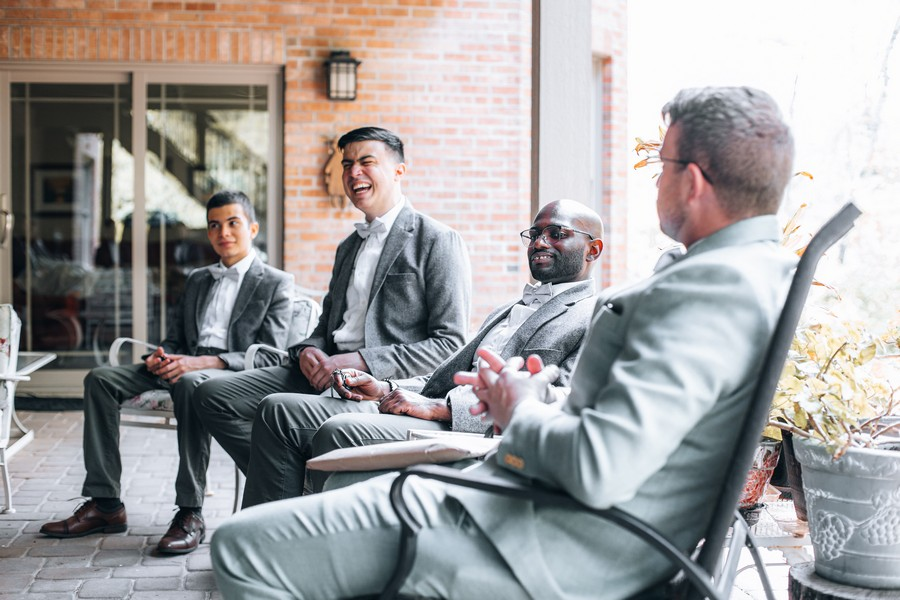 invités à un mariage qui rigolent