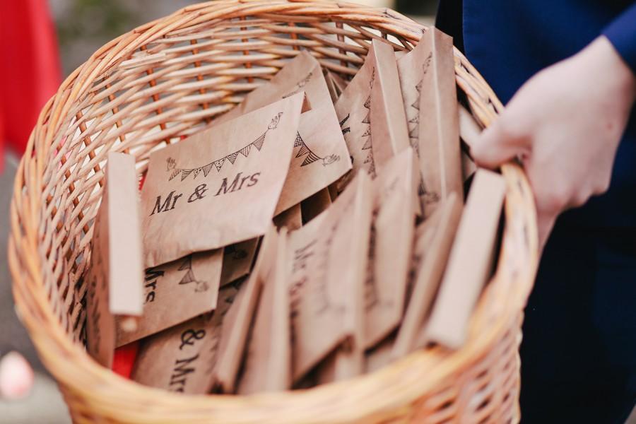 panier avec petites sachets cadeaux à l'inscription monsieur et madame