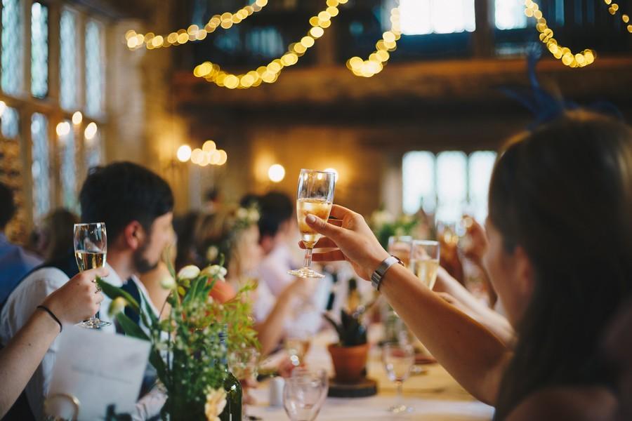 verres levés à un mariage pour le discours de remerciement