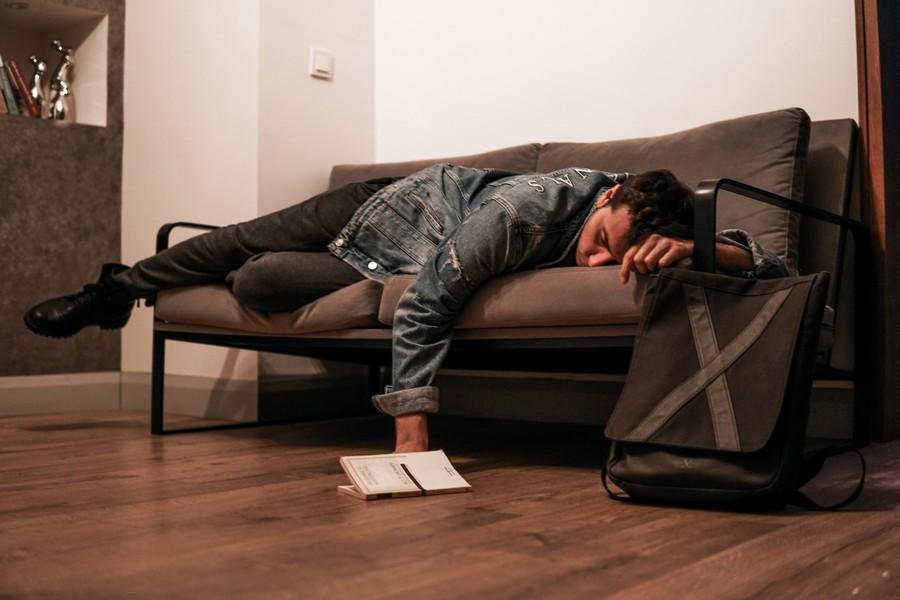 homme endormi sur le canapé