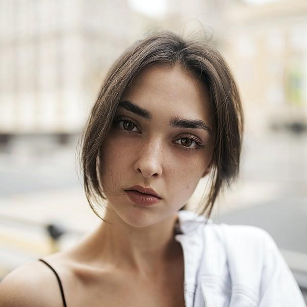 jeune femme au regard perçant