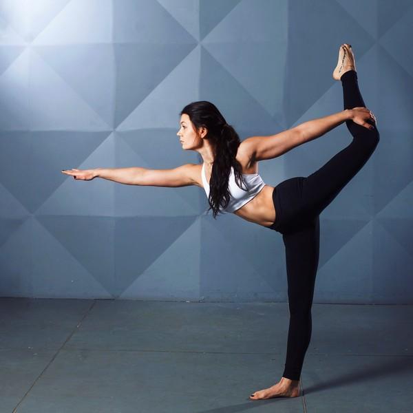 jeune femme en tenue de sport qui fait une posture de yoga