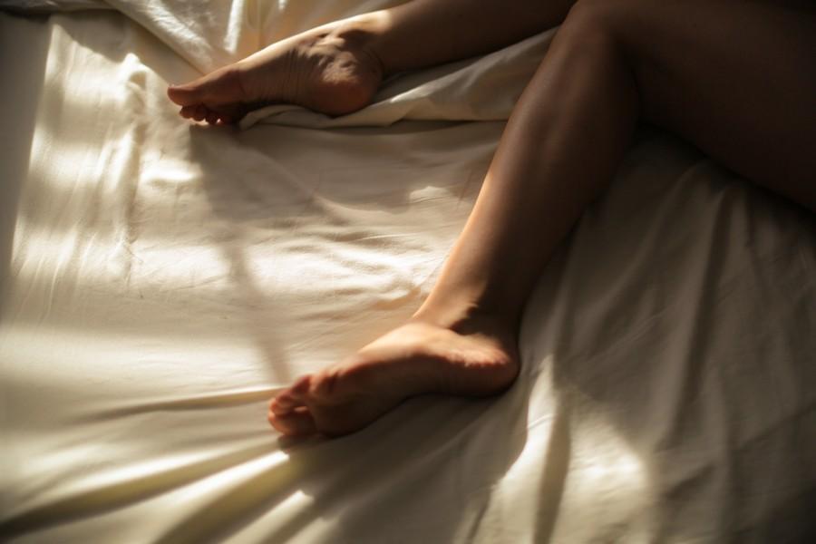 pieds d'une femme dans un lit