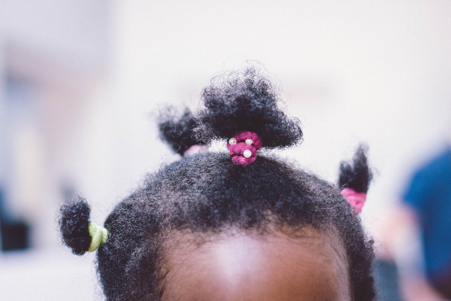chignons sur la tête d'une petite fille