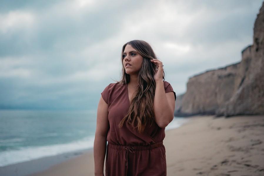 femme ronde aux cheveux longs sur la plage